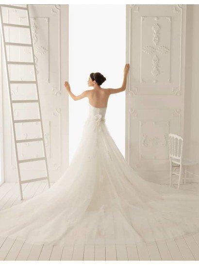 Свадебное недорогое платье с кружевным верхом.