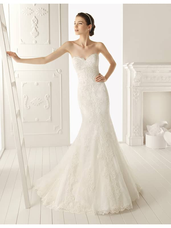 Свадебное платье прилегающего силуэта.