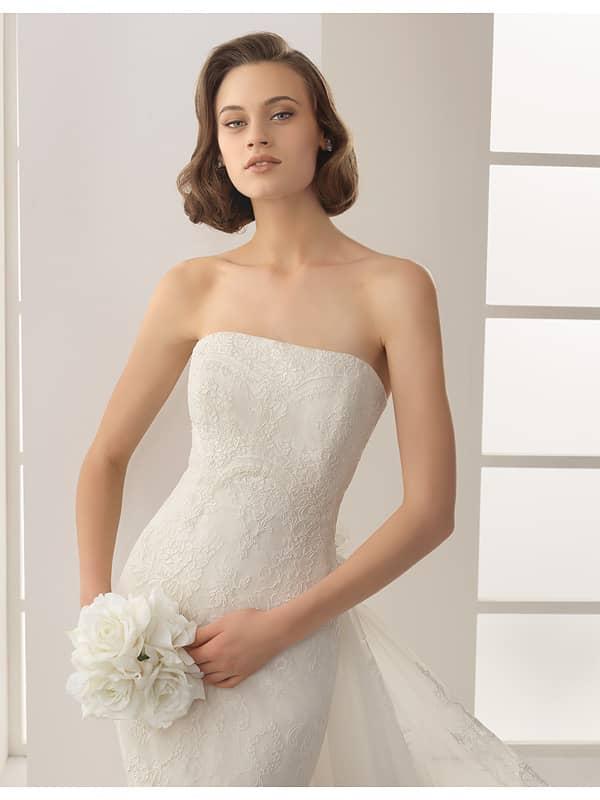 Прямое кружевное свадебное платье со шлейфом, зафиксированным бутоньеркой на линии талии. ➌ Примерка и подгонка платьев  ✆ +7 495 627 62 42 ★ Салон Виктория Ⓜ Арбатская Ⓜ Смоленская