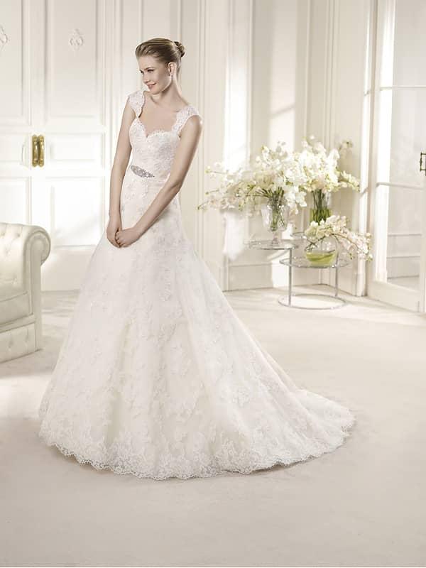 Свадебное на бретелях платье А-силуэта.