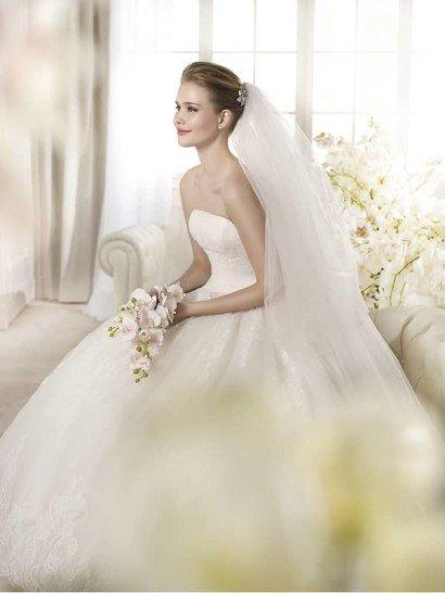 Открытое пышное свадебное платье силуэта «принцесса» со шлейфом. ➌ Открытое прямое декольте  ✆ +7 495 627 62 42 ★ Салон Виктория Ⓜ Арбатская Ⓜ Смоленская