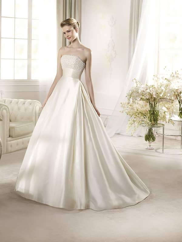 Изысканное открытое свадебное платье.