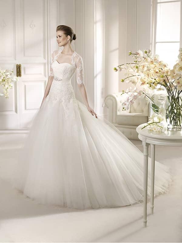 Свадебное платье с кружевным рукавом.
