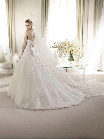 Открытое пышное свадебное платье силуэта «принцесса» со шлейфом. ➌ Декольте - сердечко  ✆ +7 495 627 62 42 ★ Салон Виктория Ⓜ Арбатская Ⓜ Смоленская