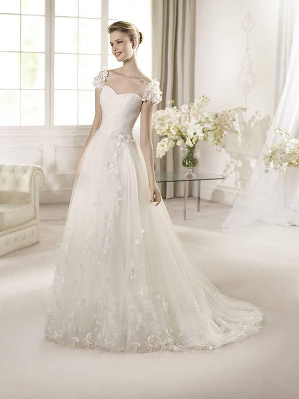 Свадебное платье с неширокой юбкой.