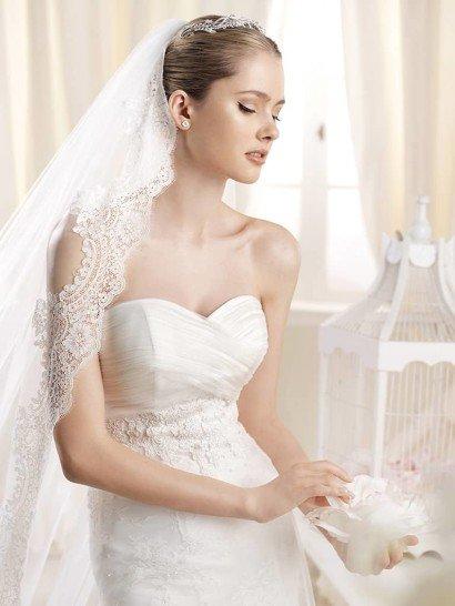 Свадебное платье с фатой и со шлейфом.