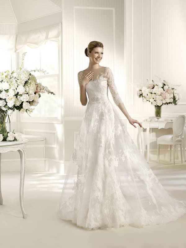 Свадебное платье с юбкой «трапеция» и нежным округлым декольте, оформленным кружевом.