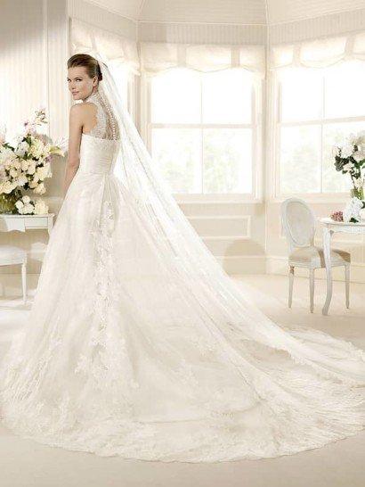 Свадебное платье с полупрозрачным кружевным верхом юбки и закрытым лифом.