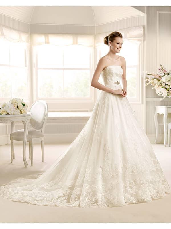 Открытое свадебное платье с узким поясом и торжественным шлейфом.