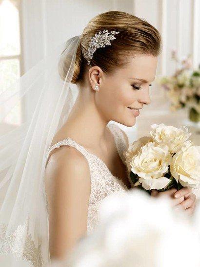 Узкое кружевное свадебное платье на бретелях.