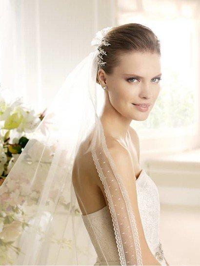 Стильное свадебное платье с кружевной отделкой и открытым лифом прямого кроя.