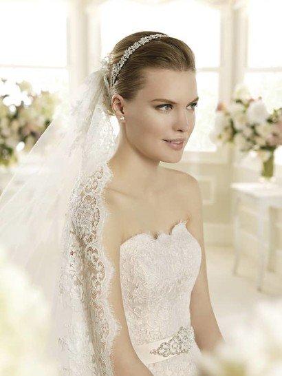 Кружевное свадебное платье «рыбка» с лаконичным открытым лифом прямого кроя.