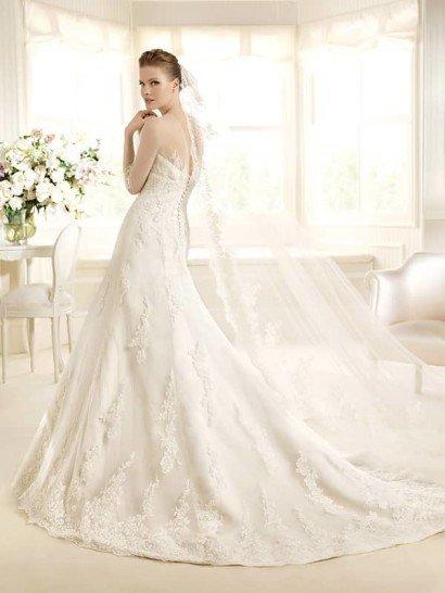 Стильное свадебное платье «рыбка» с длинными полупрозрачными рукавами и кружевным декором.