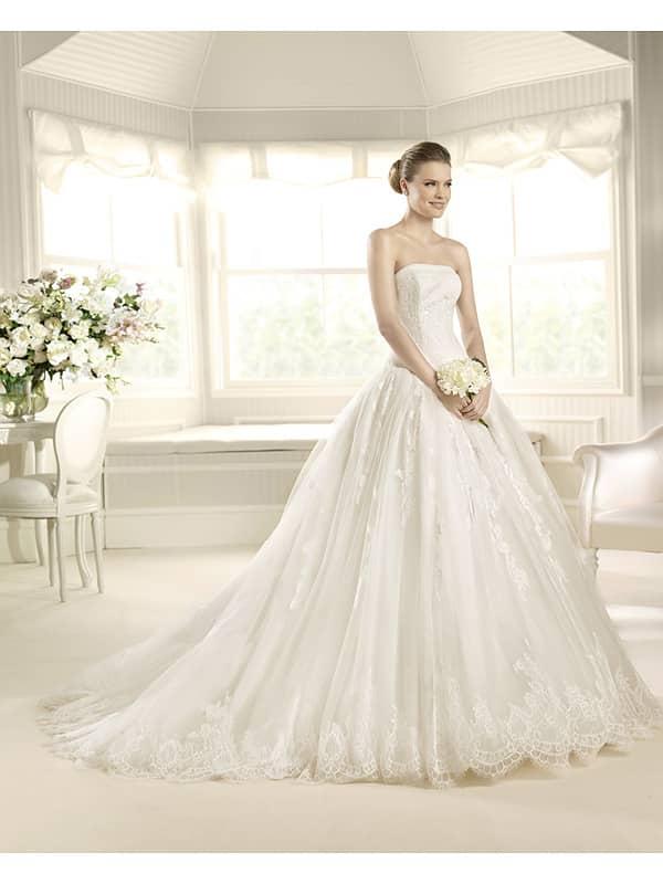 Пышное кружевное свадебное платье.