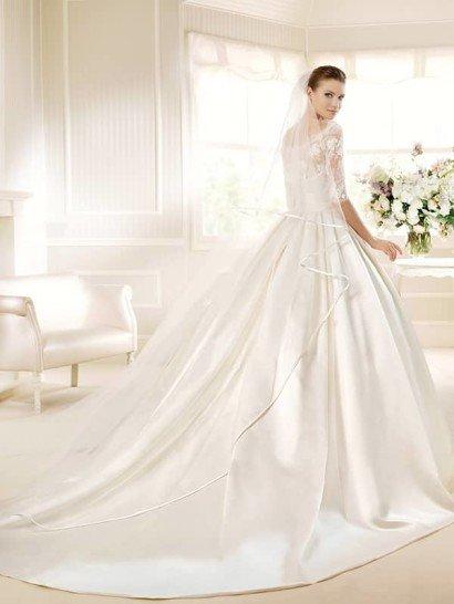 Торжественное свадебное платье с атласной юбкой и кружевным верхом.