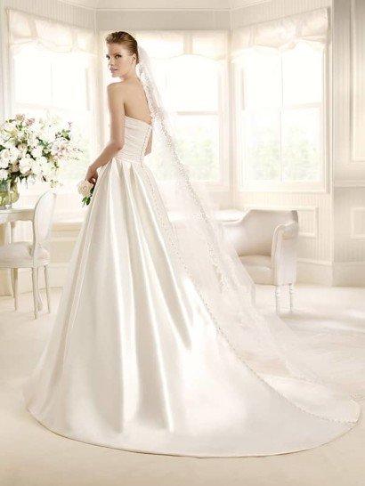 Атласное свадебное платье с элегантным лифом прямого кроя и отделкой драпировками.