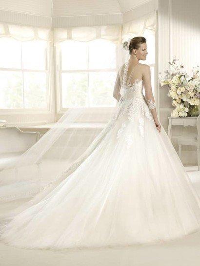 Пышное свадебное платье с открытым верхом и вышивкой из бисера.