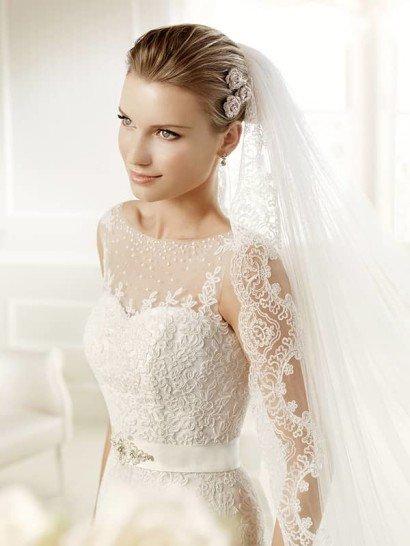 Свадебное платье «принцесса» с роскошным шлейфом и кружевным лифом с вырезом бато.
