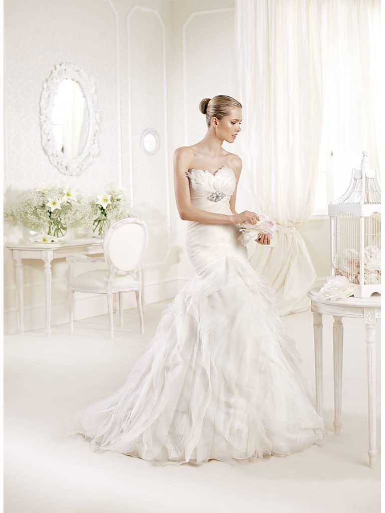 Эффектное открытое свадебное платье силуэта «русалка» со шлейфом.