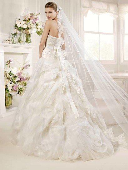 Свадебное платье с необычной пышной юбкой.