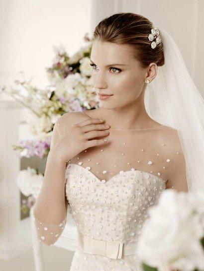 Эффектное свадебное платье со шлейфом и рукавами в три четверти.