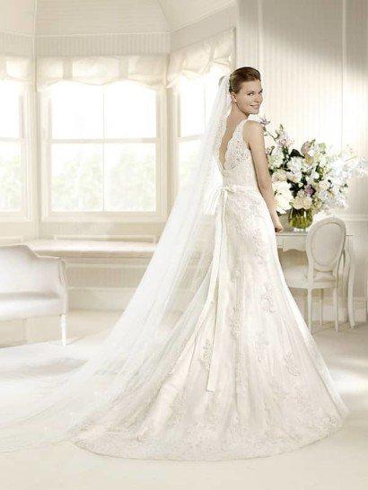 Элегантное узкое кружевное свадебное платье со шлейфом. ➌ Примерка и подгонка платьев  ✆ +7 495 627 62 42 ★ Салон Виктория Ⓜ Арбатская Ⓜ Смоленская