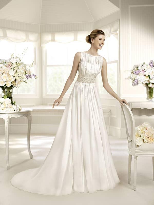Стильное блестящее белое свадебное платье А-силуэта со шлейфом. ➌ Примерка и подгонка платьев  ✆ +7 495 627 62 42 ★ Салон Виктория Ⓜ Арбатская Ⓜ Смоленская