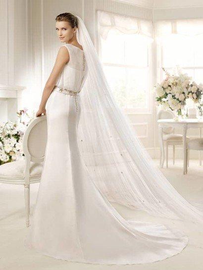 Стильное белое свадебное платье.