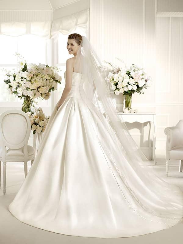Свадебное атласное платье со шлейфом
