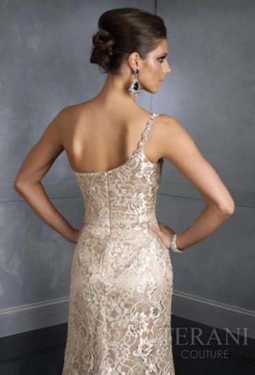 Блестящее вечернее платье с бретелью на одно плечо.