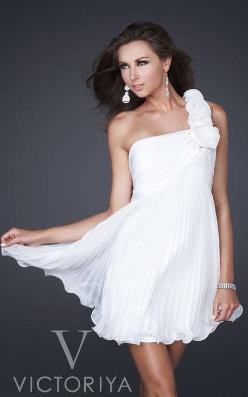 Белое легкое платье на выпускной.