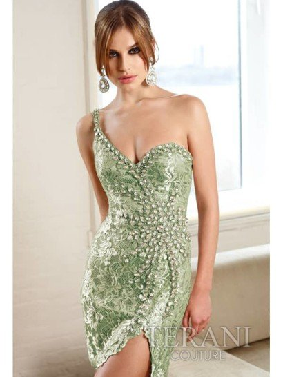 эротичное кружевное коктейльное платье с высоким разрезом.