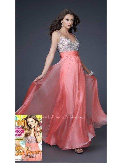 В этом вечернем платье со стразамивы будете образцом совершенства на выпускном вечере!  800 кристаллов украшают лиф с глубоким V-образным вырезом на спинке.  Юбка светло-кораллового оттенка, классического А-силуэта слегка присобрана по линии, идеальна для всех типов фигуры.