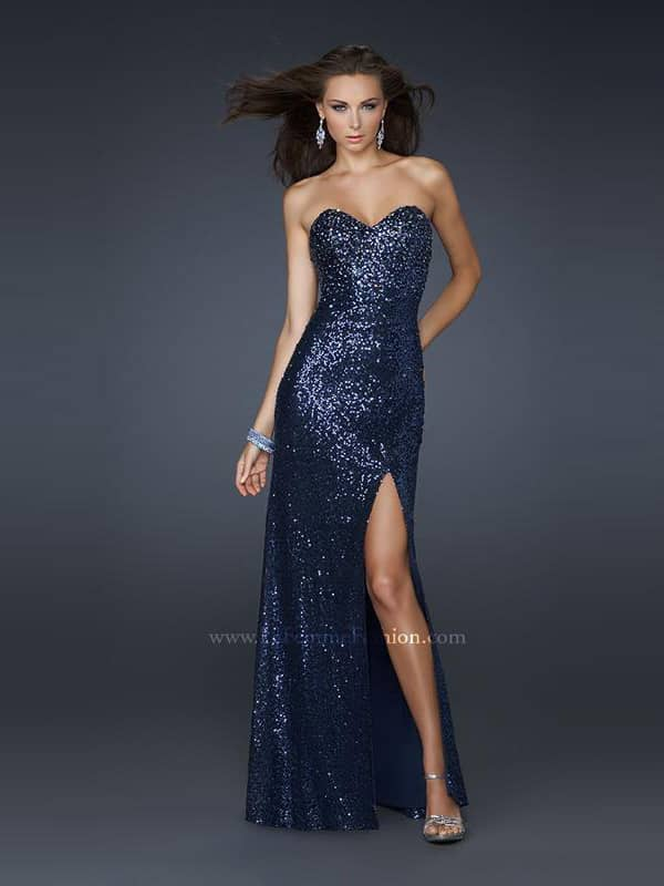 Элегантное длинное вечернее платье усыпанное блёстками.