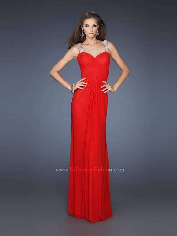 Стильное красное длинное вечернее платье силуэта «ампир».