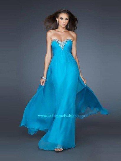 Красивое недорогое открытое длинное вечернее платье силуэта «ампир» из шифона лазурно-голубого оттенка.  Линия декольте в форме «сердечка» инкрустирована цветными кристаллами.  Юбка присобрана по верху, идеально для всех типов фигуры.