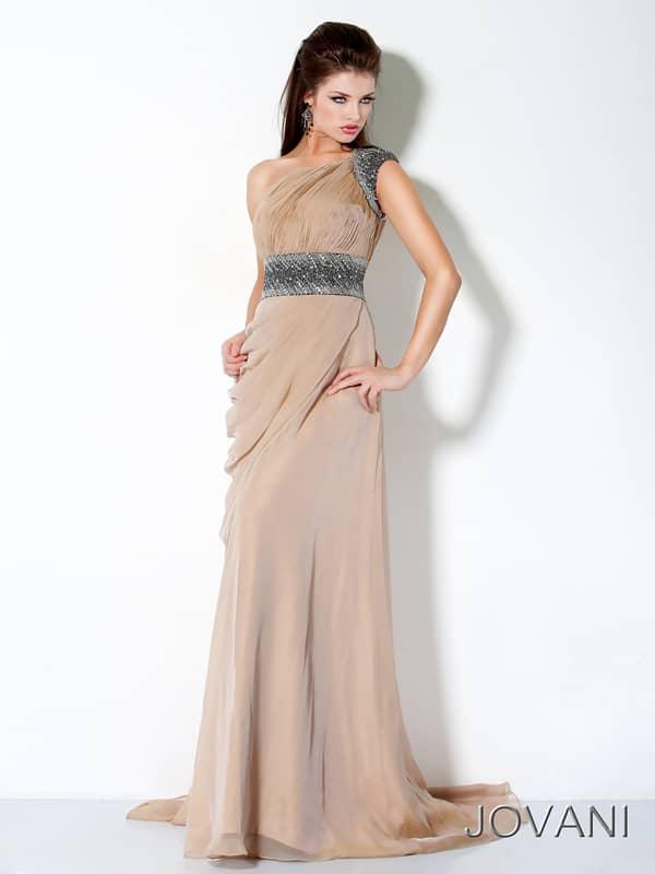 Недорогое бежевое вечернее платье.