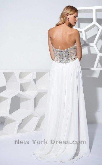 Шикарное открытое вечернее платье с аккуратным шлейфом.