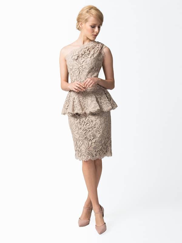 Коктейльное платье песочного оттенка с вышивкой по кружеву.