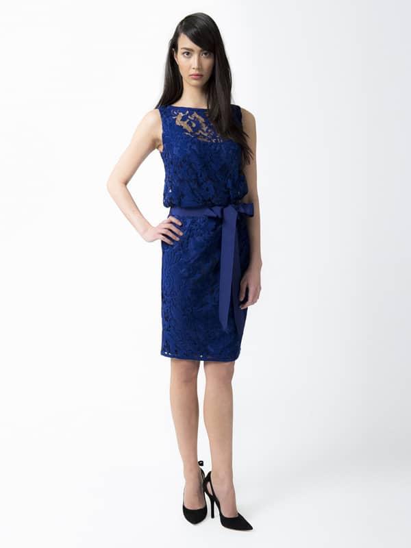 Короткое коктейльное платье из кружева.