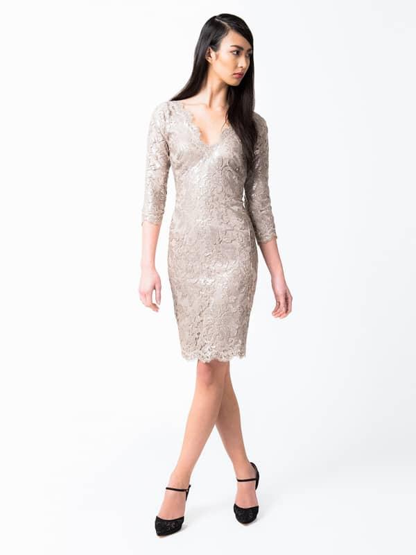 Короткое золотое кружевное платье.