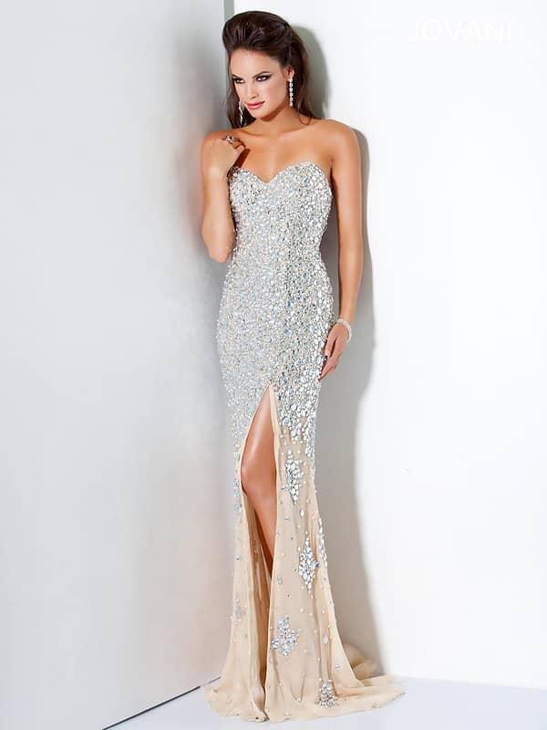 Блестящее открытое вечернее платье