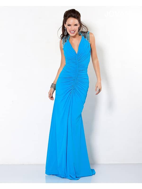 Стильное голубое вечернее платье облегающего силуэта.
