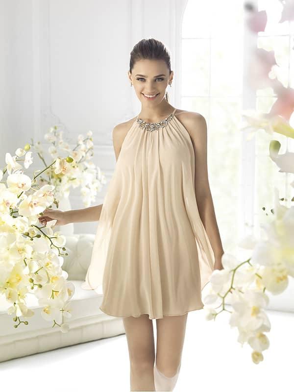 Романтичное короткое кремовое вечернее платье с халтер.