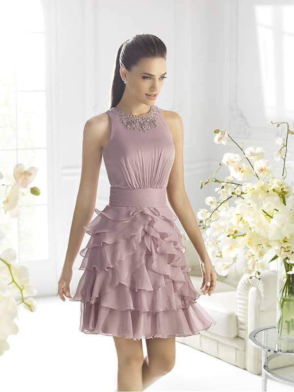 Короткое вечернее платье цвета приглушённой глицинии.
