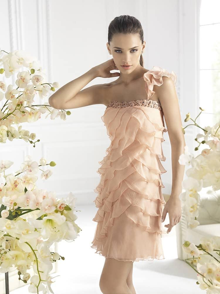 романтичное короткое вечернее платье светло-абрикосового цвета.