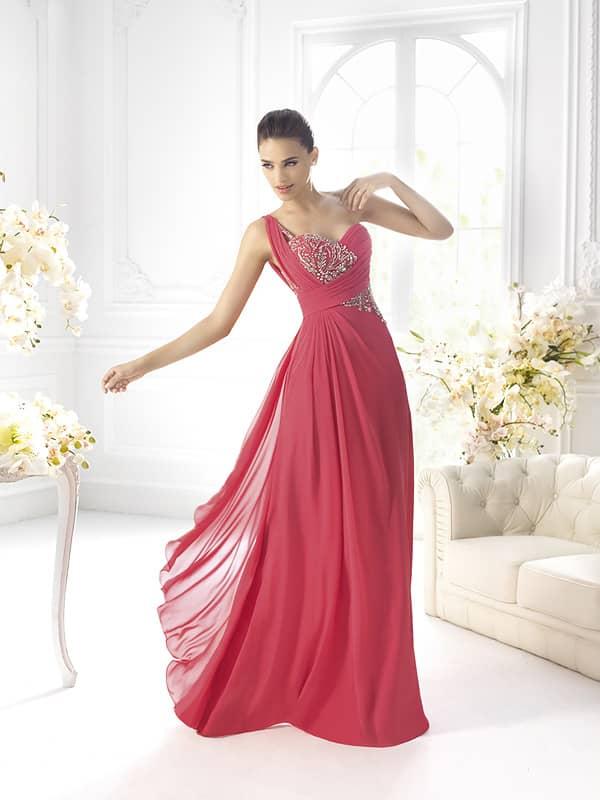 Эффектное длинное вечернее платье насыщенного кораллового оттенка.