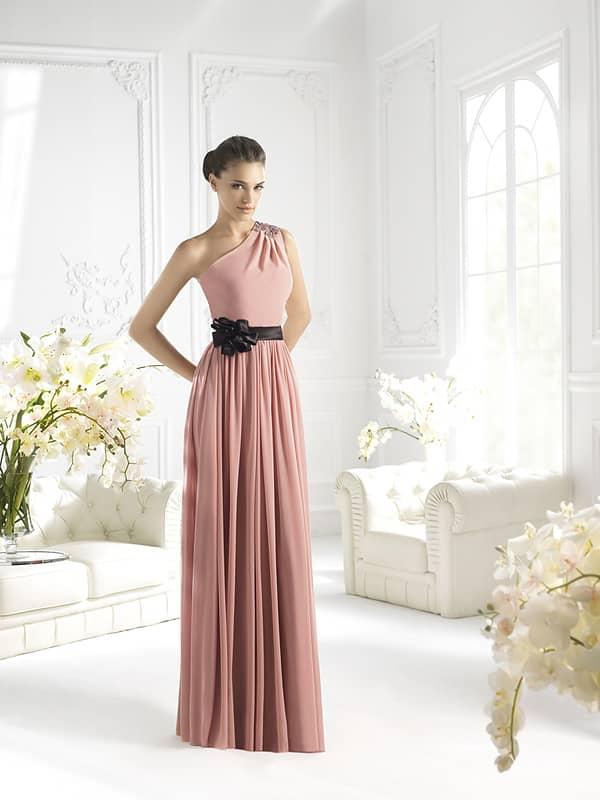Эффектное длинное вечернее платье розового цвета.