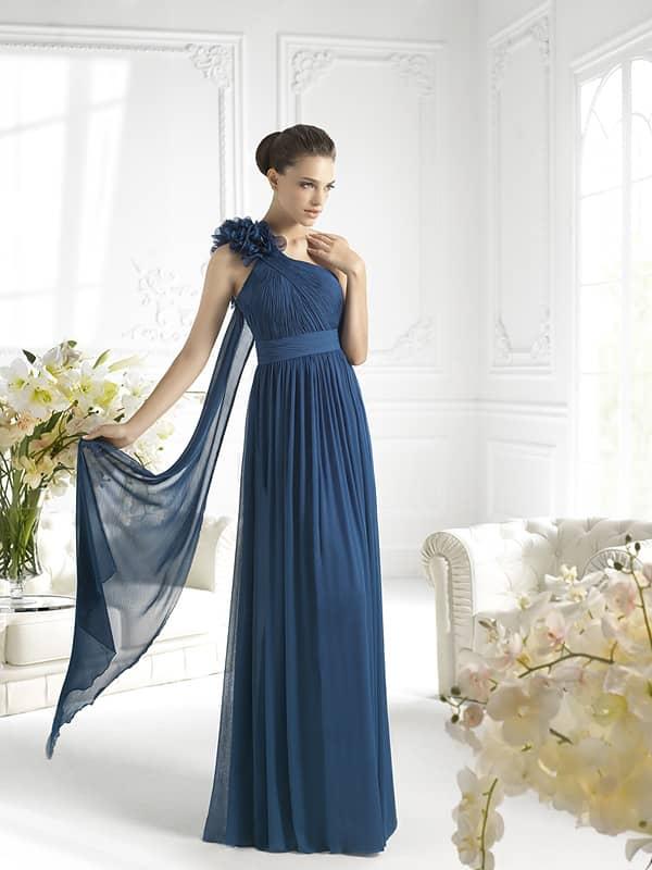 Элегантное длинное вечернее платье в греческом стиле.