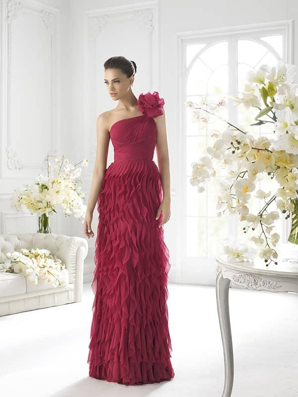 Эффектное длинное вечернее платье цвета светлой вишни.